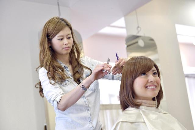 美容師の仕事 – 中卒でもなれるオシャレな若者に人気の仕事